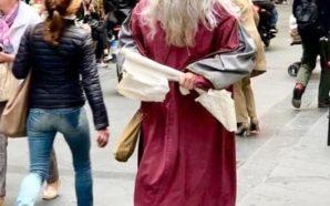 Napoli: Un attore travestito da Leonardo Da Vinci in giro…