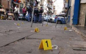Spari nella notte a Napoli, padre e figlio feriti