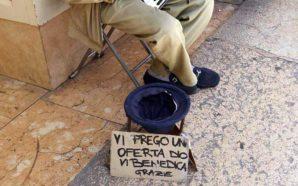 Napoli, Chiede l'elemosina al parroco poi lo aggredisce