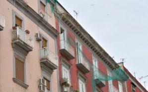 Napoli, ucciso da un pezzo di intonaco crollato. Il Comune…